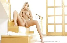 Giovane troia bionda fa ditalini vaginali fino al orgasmo