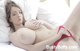 Zoccola dalle tette grosse si sveglia e si masturba con un dildo