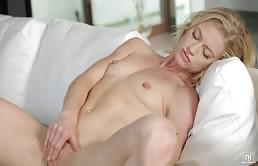 Bella Bends si masturba culo e figa in un lesbo arrapante