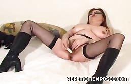 Puttana rossa si masturba la figa pelosa