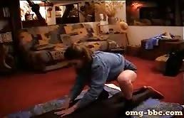 Massaggio erotico interrazziale con una puttana eccitata
