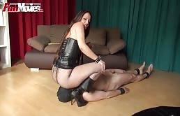 Puttana dominatrice si diverte con il suo schiavo sessuale