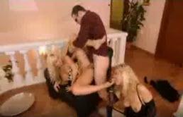 Due mignotte lesbiche si leccano i piedi mentre vengono scopate e inculate