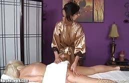 Ragazza bionda fa sesso con la massaggiatrice