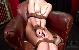 Schiava sessuale riceve un fisting anale