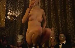 Mia Magma si esibisce con un striptease arrapante