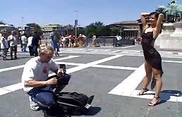 La troia si fa fare delle foto hard in pubblico