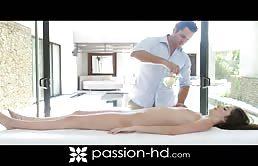 Una troietta si gode un massaggio e poi una bella scopata