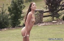 Lesbica magra si esibisce in una masturbazione