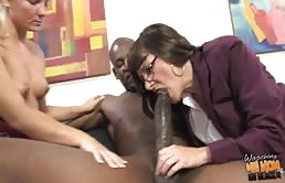 Puttana matura e la sua figlia fanno sesso a tre con un nero
