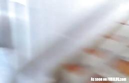 Bionda arrapata riceve dei ditalini piccanti