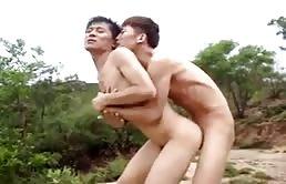 Ragazzi asiatici fanno sesso orale e anale