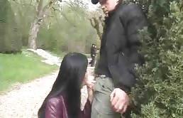 Alla brunetta piace farlo hard nel parco