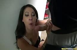 Sesso orale per una bionda in lingerie