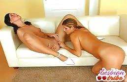 Troietta bionda soddisfa con la lingua un'amica sexy