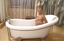Giovane bionda magra nella vasca da bagno