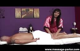 Massaggiatrice in calore adora il sesso orale