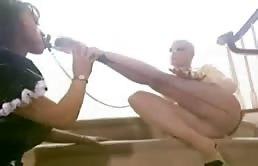 Troie lesbiche adorano leccarsi le dita dei piedi