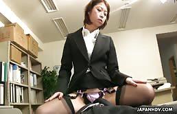Capo punisce il dipendente con la sua figa pelosa