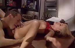 Giovane segretaria chiavata dal capo muscoloso